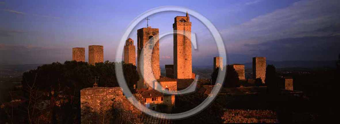 <P align=center>2003 - Panoramic view of the main towers of S. Gimignano medieval village before a sunset, Chianti land, 25 miles south the province of Florence.</P>