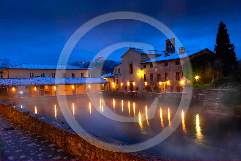 2009 - Night view of Bagno Vignoni village and the main square of thermal