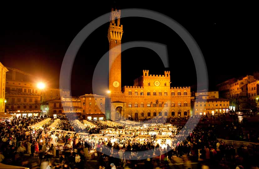2009 - Night view of the Siena' s main square